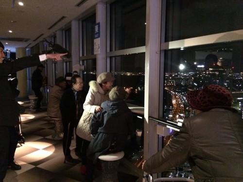 福岡タワーからの夜景を眺めるお客様