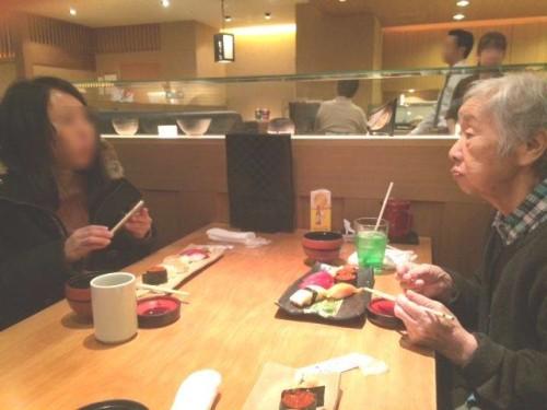 ご昼食に、大好きなお寿司を召し上がるお客様