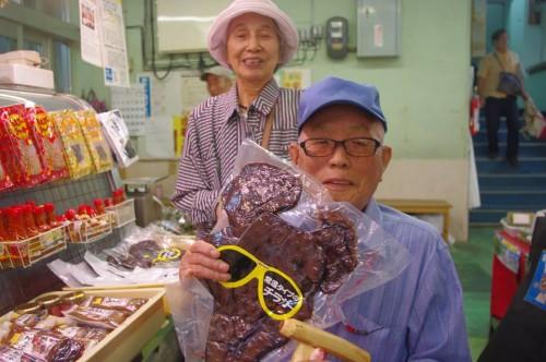 牧志公設市場にてチラガー(豚の顔)と記念写真