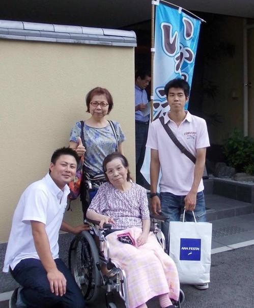 三四郎さんの前でお孫さんと記念写真