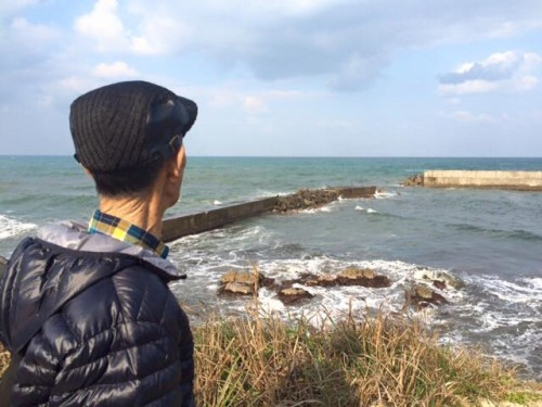 日本海を見ながら思い出を語るお客さま