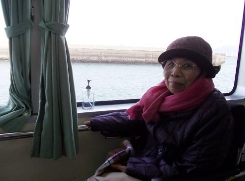 能古島へ向かう船内にて