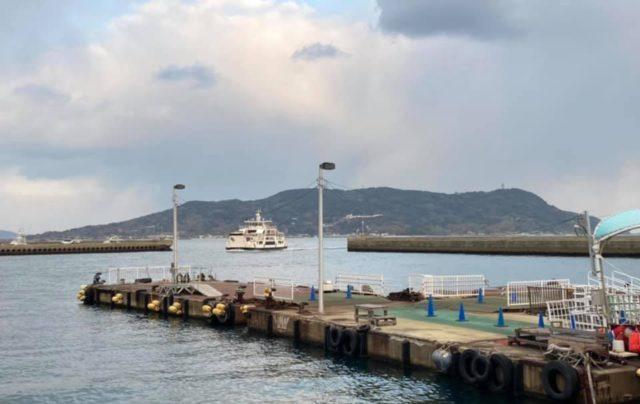 能古島からフェリーで渡ります