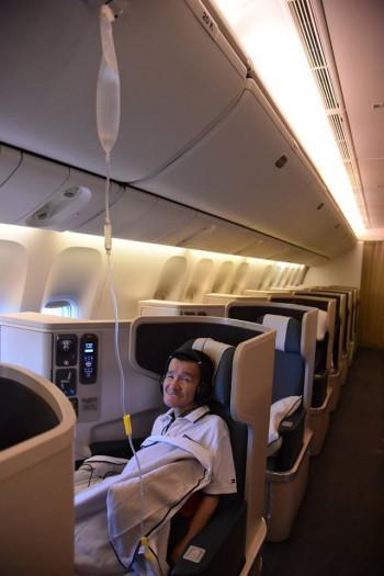 飛行機内でのワンシーン