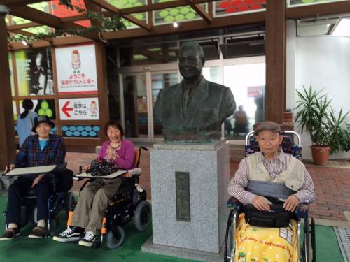 代田博士の銅像の前で記念撮影