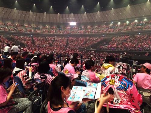 コンサート会場はピンク一色