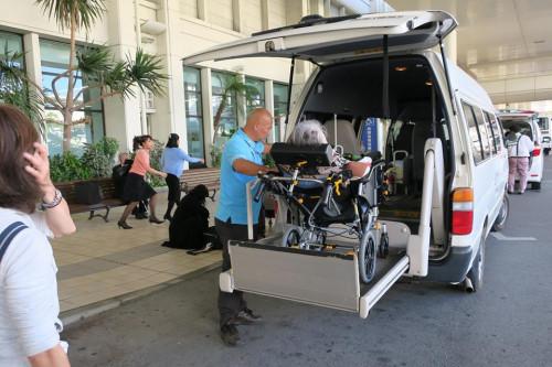 移動は介護タクシーを利用