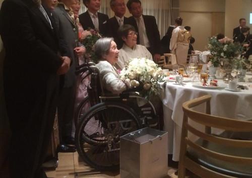 花束をもらってとても嬉しそうなおばあ様