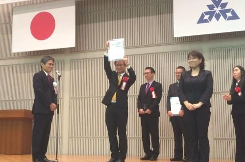 福岡副市長様から表彰楯の贈呈